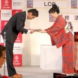 「手ぶらで帰らせるわけにはいかない」がトップテンに選ばれた松田丈志選手(左)=『2012 ユーキャン新語・流行語大賞』発表・表彰式 (C)ORICON DD inc.