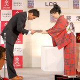 「手ぶらで帰らせるわけにはいかない」が『2012 ユーキャン新語・流行語大賞』トップテンに選ばれた松田丈志選手(左) (C)ORICON DD inc.
