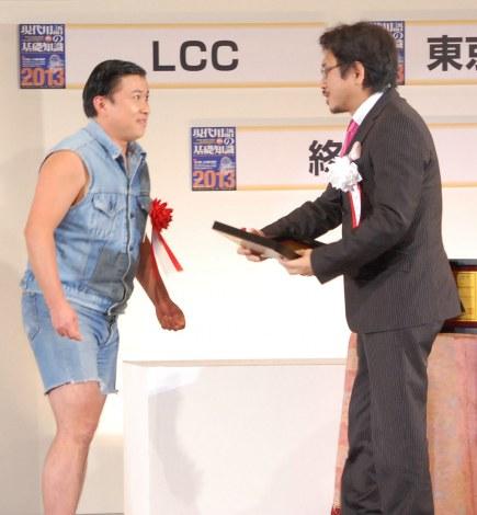 持ちネタ「ワイルドだろぉ」が『2012 ユーキャン新語・流行語大賞』年間大賞に選ばれたスギちゃん(左) (C)ORICON DD inc.