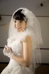 人生初のウエディングドレス姿を披露する川島海荷