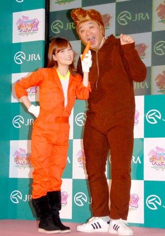 JRA発のブラウザゲーム『My sweet ウマドンナ2 〜ウマすぐ Kiss Me〜』の記者発表会に出席した(左から)重盛さと美、TKO・木下隆行 (C)ORICON DD inc.