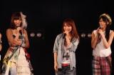 AKB48劇場7周年記念特別公演にサプライズ出演し、来年結婚することを発表した大堀恵(中央) (C)AKS
