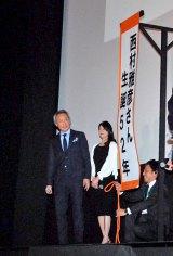 西村雅彦(左)の52歳の誕生日を祝福=映画『東京家族』完成披露試写会 (C)ORICON DD inc.