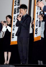 誕生日を祝福された共演の西村雅彦とニアミスで寂しそうな妻夫木聡=映画『東京家族』完成披露試写会 (C)ORICON DD inc.