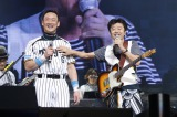桑田佳祐の5年ぶりの全国ツアー大阪公演初日のステージに駆けつけた元阪神タイガースの金本知憲氏(左)