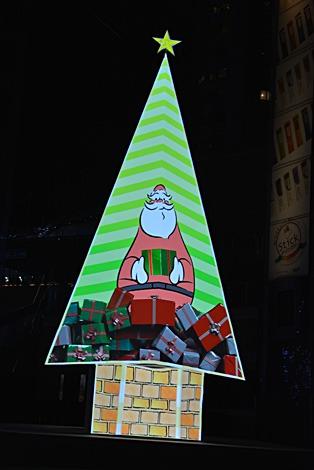 ハグした人に応じて形が変化するクリスマスツリー。