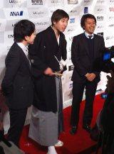 現地で質問を受ける(左から)松井一生監督、桂三四郎、田中プロデューサー