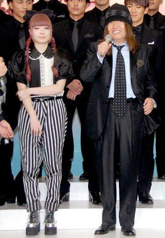 『第54回輝く!日本レコード大賞』の記者会見に出席した(左から)きゃりーぱみゅぱみゅ、ムッシュかまやつ (C)ORICON DD inc.