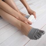 冷え対策で昨今人気の「靴下重ね履き」は、1枚目に5本指ソックスを着用するのがポイント(写真商品タビオ『絹素材つま先5本指ソックス』630円)
