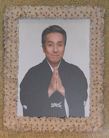 祭壇中央に置かれた中村勘三郎さんの遺影 (C)ORICON DD inc.