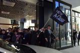 出入り口では、代表取締役社長兼CEOの上野金太郎氏がオーナーを見送る(同日に開催された納車式イベント「A NEW HAPPY DAY」にて) (C)ORICON DD inc.
