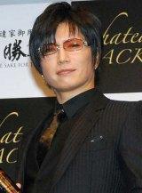自身がプロデュースした日本酒『Chateau GACKT』を披露したGACKT (C)ORICON DD inc.