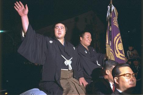 自身最後の優勝パレードで手を振る元横綱大鵬さん (1971年1月24日撮影)(C)NHK