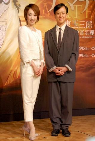 音楽舞踊劇『アマテラス』の製作発表に出席した(左から)愛音羽麗、坂東玉三郎 (C)ORICON DD inc.