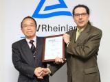 認定書を授与される、富士山の銘水代表取締役社長の粟井英朗氏。右は認証機関のテュフ ラインランドジャパン取締役副社長クルト・K・ハインツ氏。