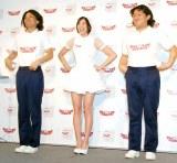 ナース姿の芹那(中央)とあたりまえ体操を披露したCOWCOW(左:多田健二、右:山田與志) (C)ORICON DD inc.