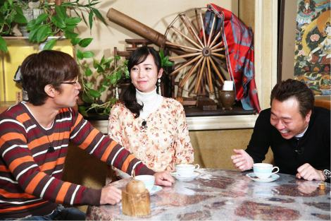 10日放送の『モヤモヤさまぁ〜ず2』で番組卒業を発表した大江麻理子アナウンサー(中央)(C)テレビ東京