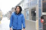 3月6日放送の『ガイアの夜明け 復興への道』(テレビ東京)で案内人の江口洋介が仮設住宅を訪問(C)テレビ東京