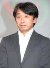 監督に就任した稲垣潤一に花束を贈呈した片山右京 (C)ORICON DD inc.