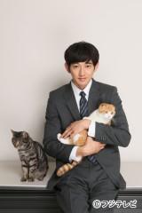 フジテレビ系ドラマ『最高の離婚』が好評の瑛太。ドラマに登場する猫たちに癒されるぅ