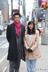 遠距離恋愛中の日向徹(左・小栗旬)と夏井真琴(右・石原さとみ)がニューヨークでデート