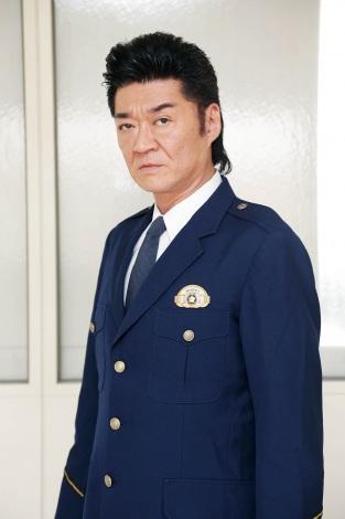 いつもとは違い警察官の制服を着た小沢仁志