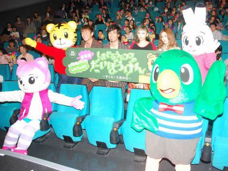 映画『しまじろうと フフの だいぼうけん』初日舞台あいさつに登場した(左から)KUREI・ISEKI(キマグレン)と吉村由美・大貫亜美(PUFFY) (C)ORICON DD inc.