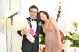 『第8回渡辺晋賞』を受賞した三谷幸喜氏(左)。祝福に駆けつけた青木さやか(右)