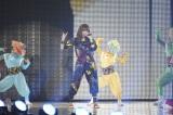 忍者風衣装で『東京ランウェイ2013 SPRING/SUMMMER』のステージに登場し、新曲「にんじゃりばんばん」などを披露したきゃりーぱみゅぱみゅ(撮影:鈴木かずなり) (C)ORICON DD inc.