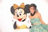 『東京ランウェイ2013 SPRING/SUMMER』初のディズニー・コレクションステージを開催。ミニーもファッションショーに参加。右はモデルのメロディ洋子 (C)ORICON DD inc.