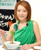 グリーンのドレス姿でラーメンを食す西川史子 (C)ORICON DD inc.