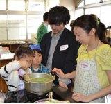 子供たちに料理を教える東大生。