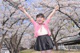 桜の名所福島・郡山の開成山公園で歌手デビューイベントを行った鈴木梨央