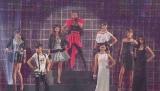 『第16回 東京ガールズコレクション 2013 S/S』のオープニングを飾った安室奈美恵(最上段中央)。香里奈、土屋アンナ、菜々緒らモデルも華を添えた