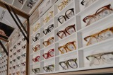 世界初となるドライブスルー形式でのメガネの販売窓口『ドライブスルーJINS』がオープンした。 (C)ORICON ME inc.