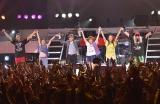 20周年記念ツアー最終公演でファンに感謝する小室哲哉(左から3人目)とTRF