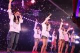 劇場公演3000回を達成したAKB48(写真左は1期生・峯岸みなみ)(C)AKS