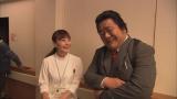 『やじうまテレビ』の島本真衣アナウンサー(左)が石塚英彦(右)主演ドラマ『刑事110キロ』にエキストラ出演(C)テレビ朝日