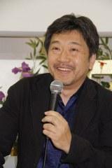 成田空港で会見を行った是枝裕和監督。映画『そして父になる』は10月5日公開