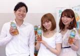 新しい『爽健美茶』を手に、笑顔を見せる佐藤さん(左)、ブロガー・安岡さん、筧さん(右) (C)oricon ME inc.