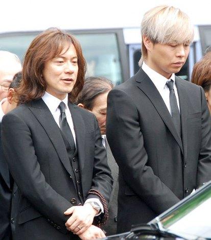サンミュージック代表取締役会長の相澤秀禎さんの告別式の模様(左から:ダイアモンド☆ユカイとIZAM) (C)ORICON NewS inc.