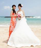 ハワイ・オアフ島で挙式したことを報告したウエディングドレス姿の三倉佳奈(右)と姉・茉奈