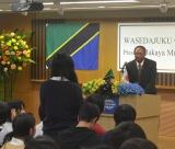 塾生徒の質問に対して、真剣に耳を傾けるハリソン・ムワキュンデ運輸大臣。