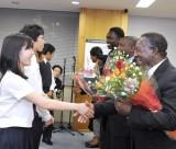 授業の終わりには生徒が花束を贈呈した。