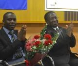 左から、国会議員のモーゼフ・マキャリー氏、ハリソン・ムワキュンデ運輸大臣