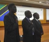 塾生徒たちとタンザニア国歌を斉唱する大臣一同。