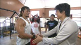 棚橋弘至(左)、獣神サンダー・ライガー(左から2番目)らと握手を交わす匠・柴田達志氏(右)(C)ABC