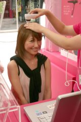 サロン内に設置された専門家による頭皮診断を行った読モ・高橋志信さん