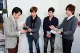 東方神起がフジテレビ系ドラマ『サキ』の撮影現場を陣中見舞い (C)関西テレビ