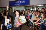 ファンのお出迎えに笑顔で手を振る福山雅治